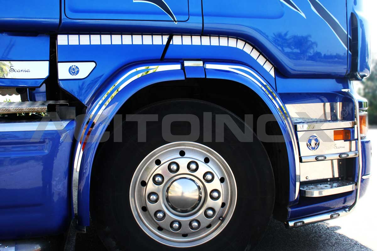 Rivestimento parafango in acciaio inox super mirror (aisi 304) per Scania R, New R. Il kit comprende 10 pezzi, 5 per il lato sinistro e 5 per il lato destro.