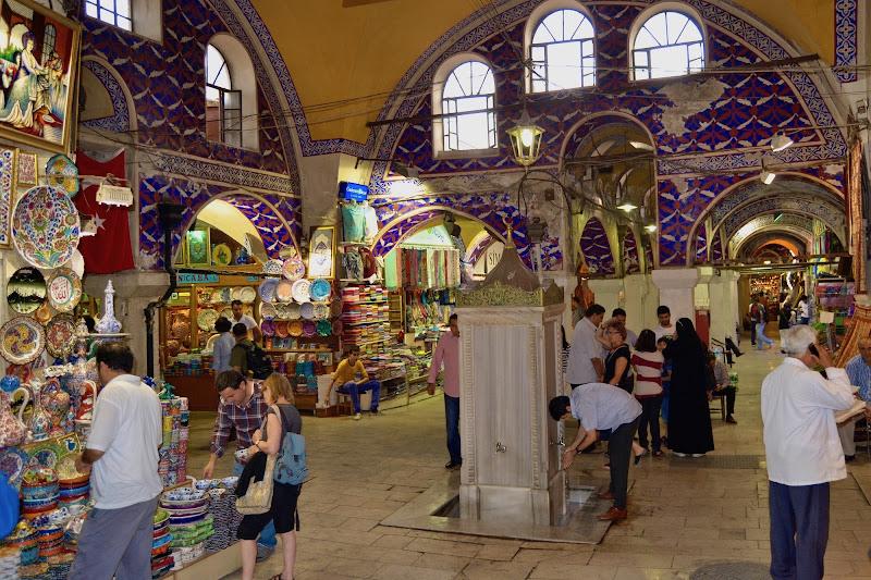 Istanbul : Passanti al Gran Bazar di giuseppedangelo
