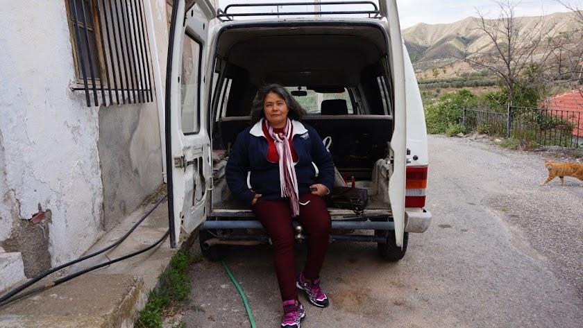 En la foto se puede ver a Paulina Aguayo sentada en la puerta de su dormitorio sobre rueda. Foto: Ricardo Alba