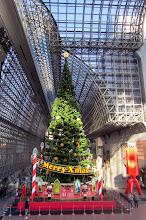 Photo: Kioton aseman komea joulukuusi
