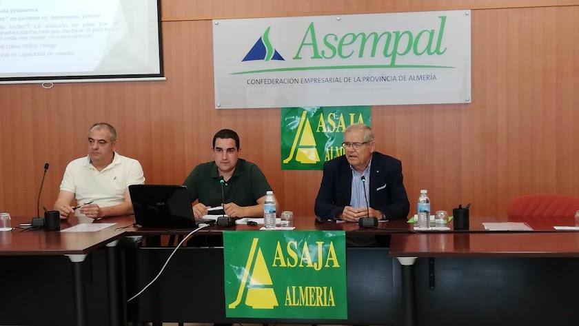 El presidente de Asaja, Pascual Soler (a la derecha) expresó ayer su preocupación.