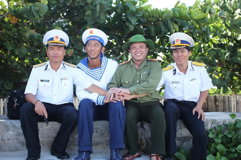 Tác giả bài viết với các chiến sỹ bộ đội ở Trường Sa