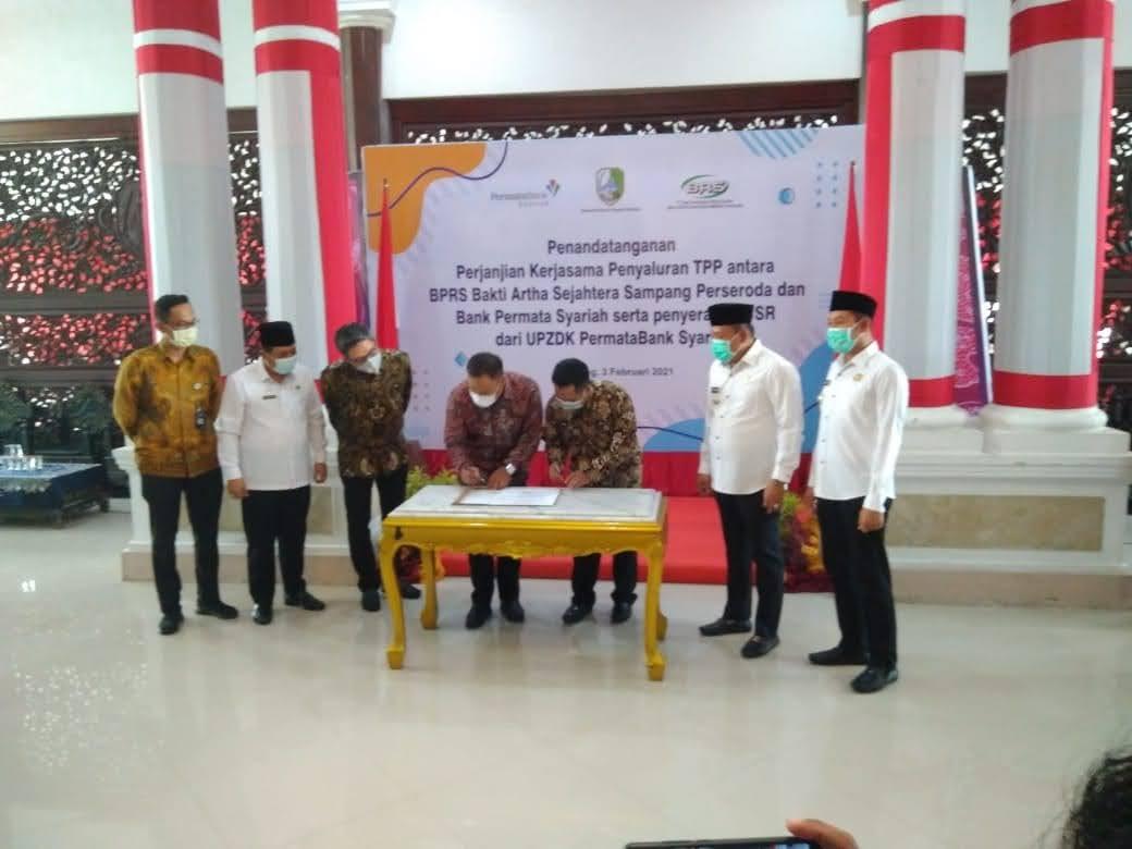 Bupati Sampang menyaksikan Penandatanganan Kerjasama Antara BPRS Bhakti Artha Sejahtera Dengan Bank Permata Syariah