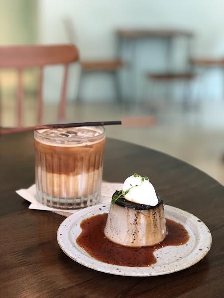 📍捷運國父紀念館站 ———————#米粒食台北—————— . 充滿韓風的咖啡廳。喜歡店內用的餐盤器具!美美噠💕💕💕吃完立刻想去逛Natural Kitchen🤣🤣🤣 今天的小泡芙口味是