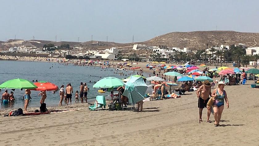 Imagen de la costa de Carboneras con un gran número de bañistas cedida 'Muévete por Carboneras'.