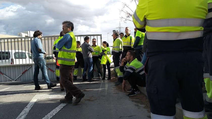 Los trabajadores concentrados a las puertas de la fábrica