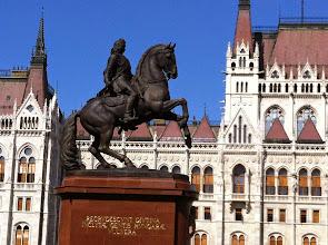 Photo: Socha Matyáše Korvína před maďarským parlamentem. Matyáš Korvín (23. února 1443 Kluž – 6. dubna 1490 Vídeň) byl v letech 1458 až 1490 uherský král, od roku 1485 (titulární) rakouský vévoda. Roku 1469 byl částí českých a moravských stavů zvolen českým vzdorokrálem; dohoda s Vladislavem Jagellonským (1479) znamenala, že si oba podrželi titul dědičného českého krále a rozdělili si pravomoci na základě zemském. Vladislav vládl pouze v Čechách, Matyáš na Moravě a ve vedlejších zemích Koruny. Ve své době byl jedním z nejmocnějších panovníků střední Evropy.