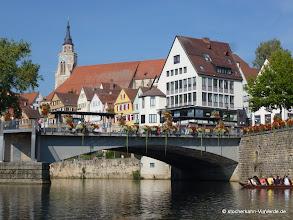 Photo: Blick von der gegenüberliegenden Seite auf die Neckarbrücke, dahinter ist die Stiftskirche zu sehen.