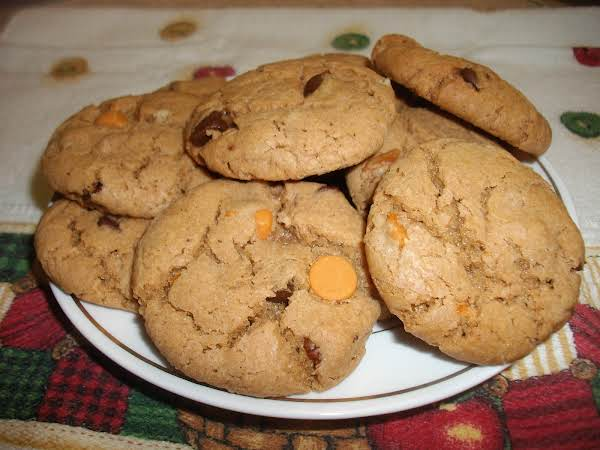 When I Made These Cookies, I Used One Of Those Pampered Chef Cookie Scoops. The Smaller Cookie Scoop To Be Exact. It Was The Tablespoon Size Cookie Scoop. I Was Able To Make 45 Cookies. Each Cookie Was Between 2 To 2-1/4 Inch In Size.