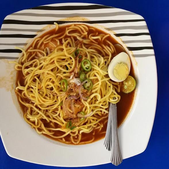 Mana udangnya? Udang ada dibawah mee. Inilah baru kena dengan peribahasa 'Udang di sebalik mee'. Kuah mee udang dan udang segar yang manis.