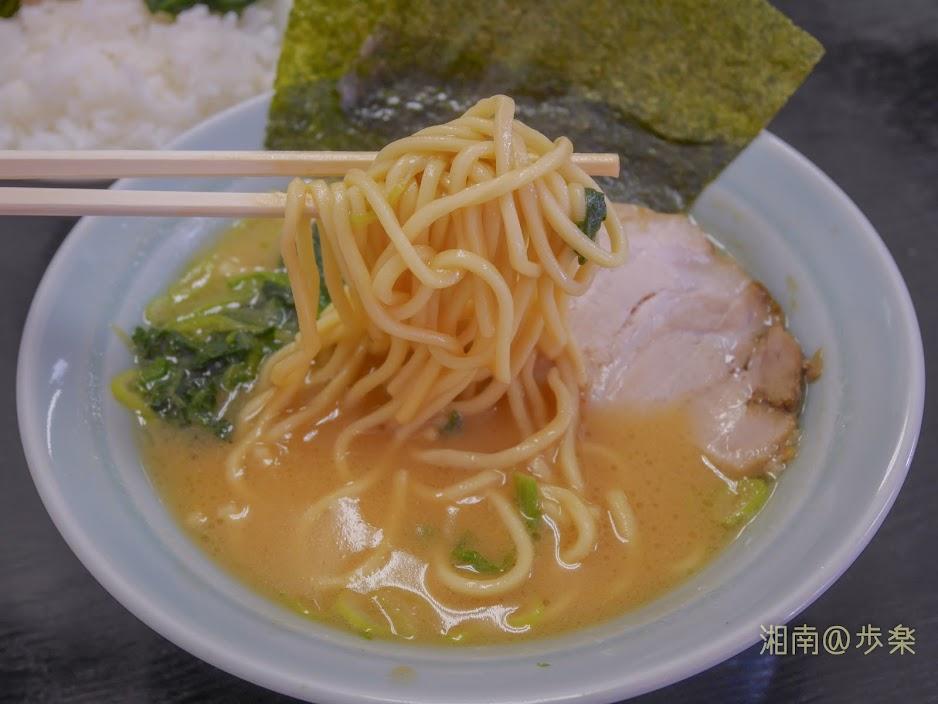 ラーメン海家 味噌@650 丸山製麺の中太ストレート麺 固めに茹でられておりとろみのあるスープと合う