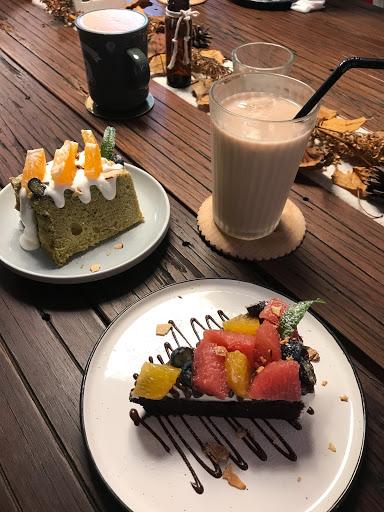柑橘乳酪巧克力蛋糕非常好吃,柑橘的清爽搭配巧克力蛋糕接近布朗尼的濃郁口感,很舒服,慼風蛋糕的部分相對來說就略遜一籌了😅