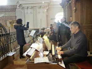 Photo: Beate Kokits am Dirigierpult und Johannes Lenius an der Orgel