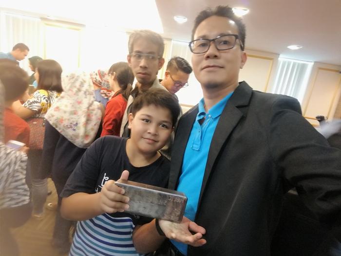Abang Koning pegang jongkok perak seberat 1 kg ketika lawatan ke pejabat Dato Wira Lois Ng.