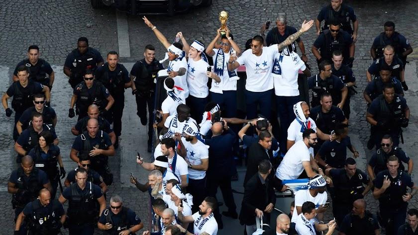 Celebrando el título por París.