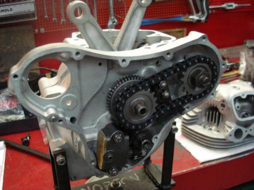 Moteur d'une Norton P11 restaurée par l'équipe Machines et Moteurs à Eaubonne en cours de remontage