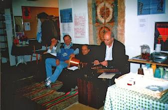 Photo: Matin esitteli ja kertoi vanhasta kansansoittimestaan santur ja mukava kurdilainen musiikki soi. Rumpua soitti Matinin kaveri Kokkolasta.