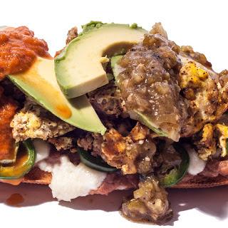 Mollete con Chorizo y Salsa Tricolor
