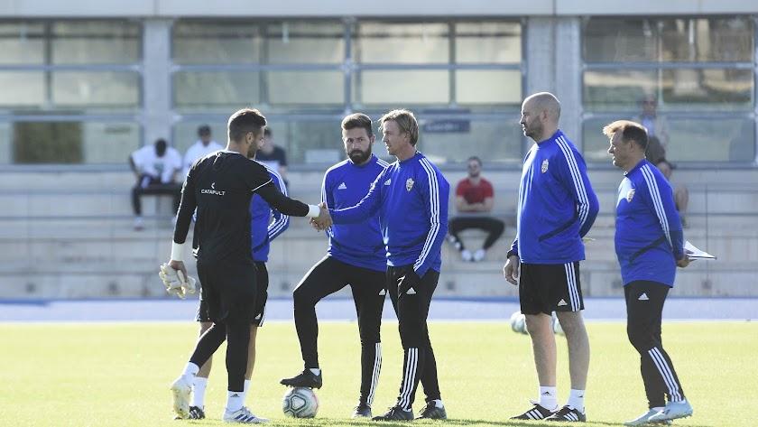 El cuerpo técnico del Almería en su primer entrenamiento.
