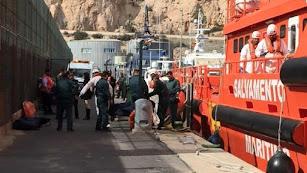 omento en el que sacan los cadáveres de la embarcación de Salvamento Marítimo.