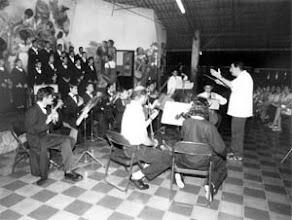 Photo: El P.Torrellas dirigiendo un grupo en Nicaragua.  Lo saqué de una foto de un periódico de Managua.