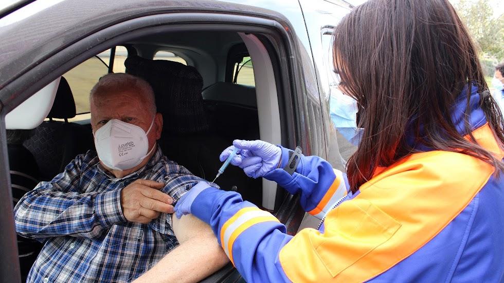 La enfermera inoculando la vacuna a José Cano, de Serón.