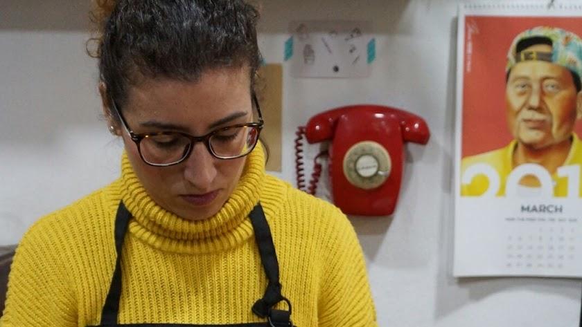 Aída Cantón García trabaja para ocho cofradías de la capital como florista.