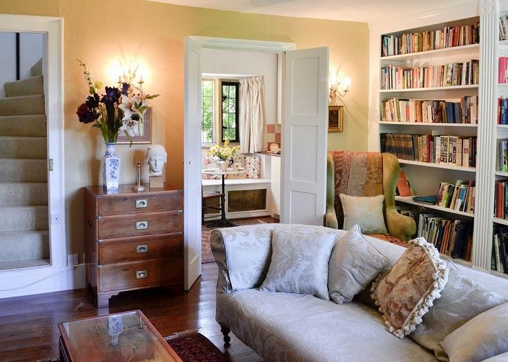 casa aconchegante com estante de livros