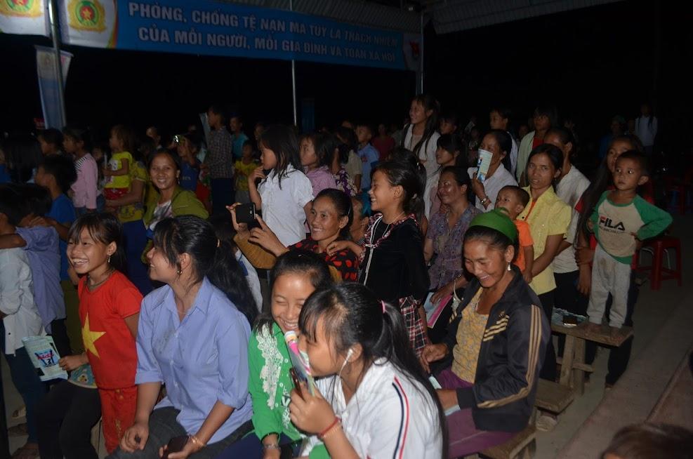 Buổi tuyên truyền pháp luật trong đêm 04/7 tại bản Phá Lõm thu hút đông đảo người dân tham gia.
