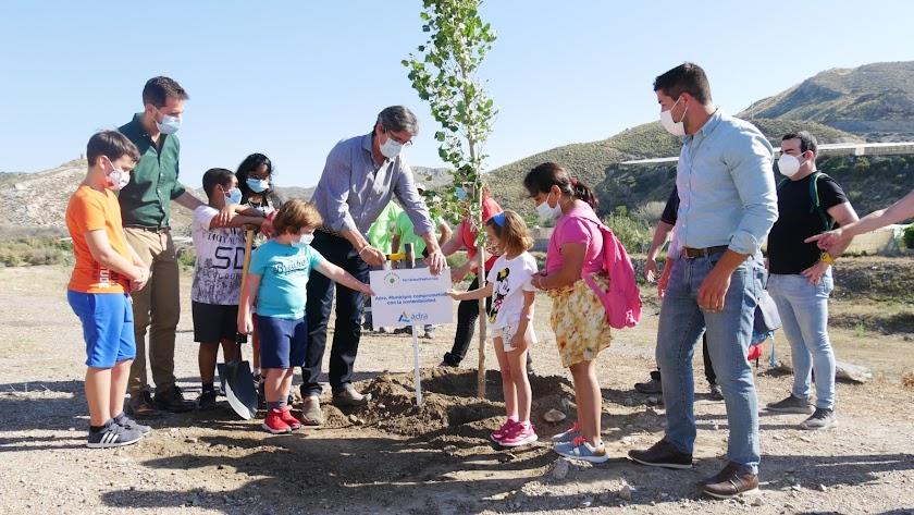 El alcalde junto a los alumnos del colegio Alboraida.