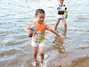 Photo: baby son, warrenzh, 朱楚甲, Hope of China, busy with playing water and sand.