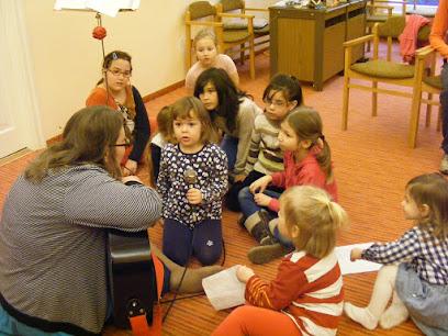 Éneklő gyermek mikrofonnal