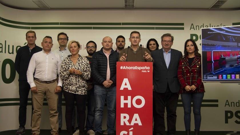 Foto de familia de la dirección socialista en la provincia y parte de los candidatos al Congreso y el Senado. (Foto: J.P. García)