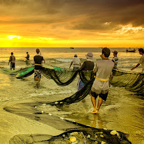 Teamwork in early morning by Thảo Nguyễn Đắc - People Group/Corporate