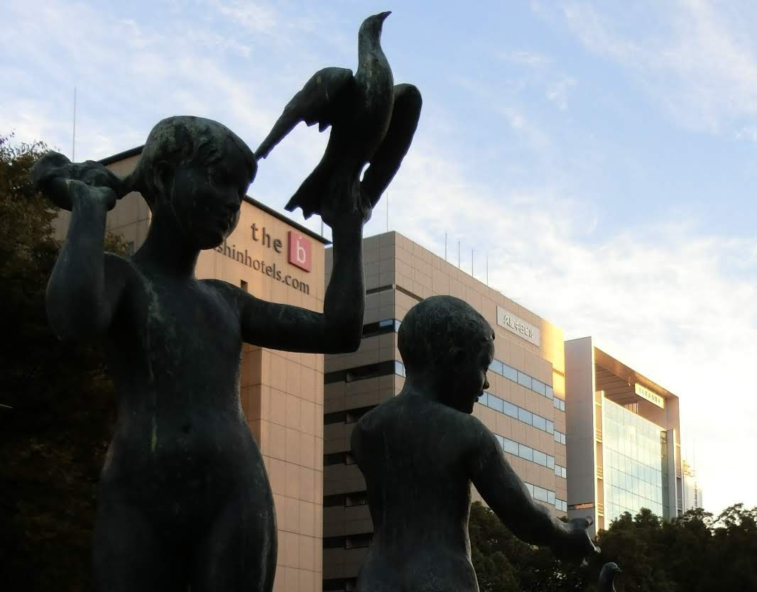 愛 (5人像)と3つの建物。中央が中日ビルの一時移転先