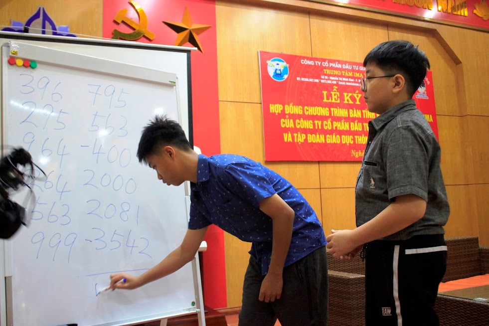 Hai học sinh theo học chương trình IMA thể hiện khả năng tính nhẩm các con số trước sự chứng kiến của các vị khách mời và các bậc phụ huynh