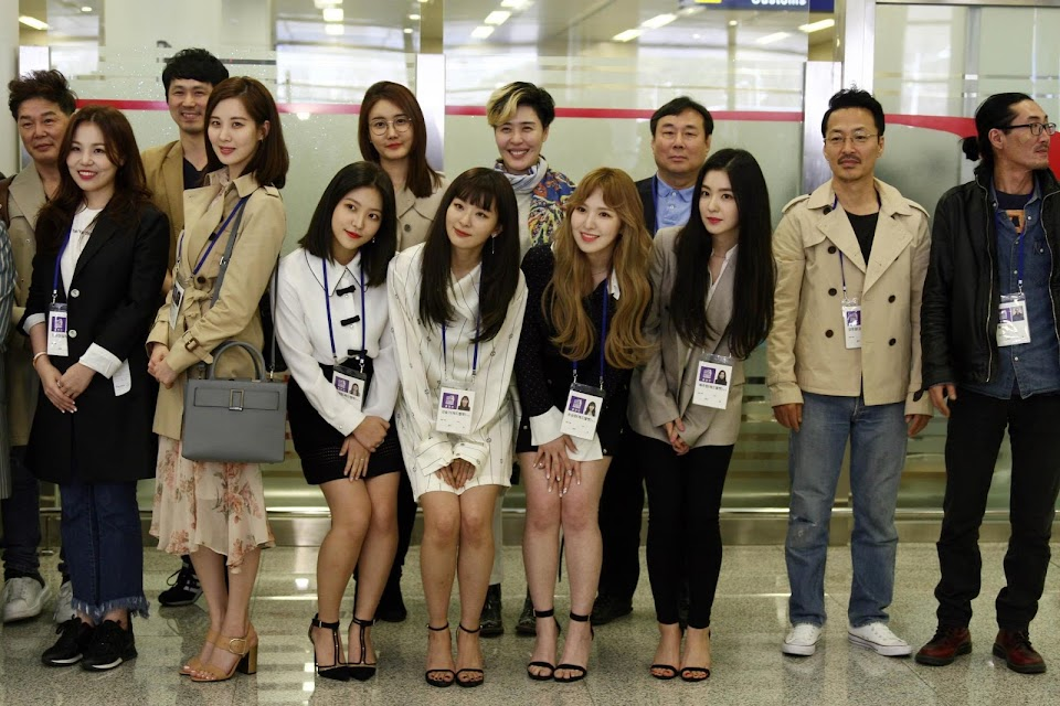 Red velvet pose in front of North Korean reporters