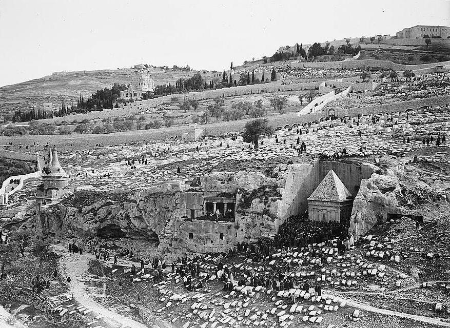 Евреи моляться у могилы Захарии.