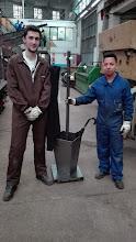 Photo: Luís y Yunga con su proyecto de paragüero para el módulo de EIE