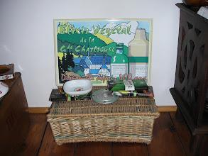 Photo: Devinez un peu ce qu'il y a dans ce coffre ?! Plaque métallique pour l'élixir, chocolats à la Chartreuse, au génépi...  et alors dans malle en osier ? (merci à Richard)