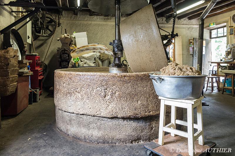 """Photo: Voici en quelques images le fonctionnement et le résumé avec des textes explicatifs sous les photos, l'histoire du Moulin à Huile Pesselières. Ce reportage est destiné à être édité dans le journal """"Le Petit Berrichon"""" aux Editions C.P.E, il sera également disponible sur le site internet du journal dès sa parution, je mentionnerai le lien web. Ce moulin appartient depuis toujours à la même famille. Le premier acte officiel du moulin date de 1704, il a toujours été essentiellement dédié à l'huile de noix. Il était entraîné par la force animale (mulets, chevaux, ânes, etc...) jusqu'en 1939, année ou la meule a été entraînée par l'électricité. La meule du moulin est en pierre calcaire dure, son poids est 1,3 tonne, on l'appelle la tournante. La partie qui supporte la meule est appelée dormante, elle est également en pierre calcaire avec un poids de 3,5 tonnes. Les pierres ont été taillées à Suilly-la-Tour."""