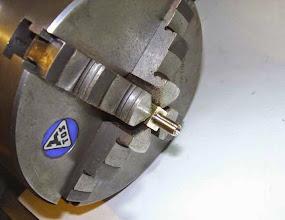 Photo: Le corps est pris dans du carré de 10mm. usinage des raccords filetés