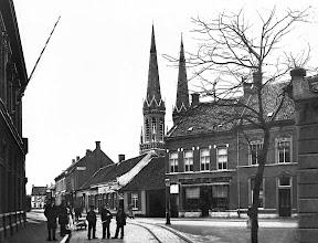 Photo: 1900 - Heuvel gezien vanuit de St. Josephstraat, naar rechts de Boscheweg nu Tivolistraat. Met op de achtergrond de Heuvelse kerk en geheel rechts nog een stukje van de gevel van Café Bellevue.