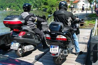 Photo: auf der Donaufähre bei Obermühl, OÖ, die X9 500 und der Burgman 650