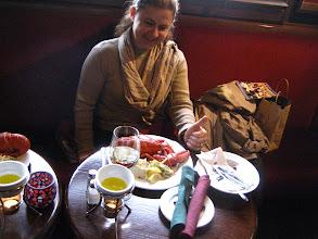 Photo: Nesrin bu mütevazi yemeğe hayran bakıyor.