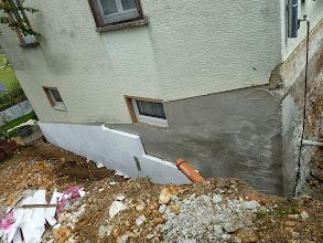 Photo: Die Hausecke ..... oben hier war mal das Gartentörchen zum unteren Garten......die Isolierung ist dran......