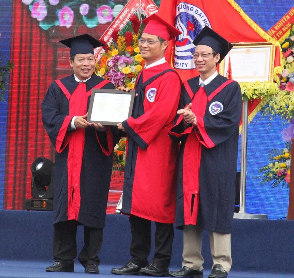 Trường Đại học Vinh trao bằng tiến sỹ danh dự