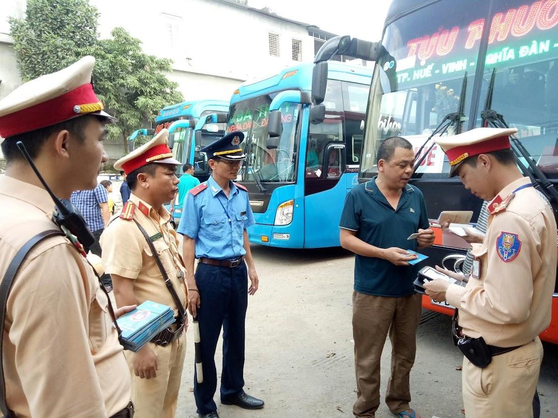 Đội CSGT Công an TX Thái Hòa phối hợp với lực lượng chức năng kiểm tra hành chính người điều khiển phương tiện