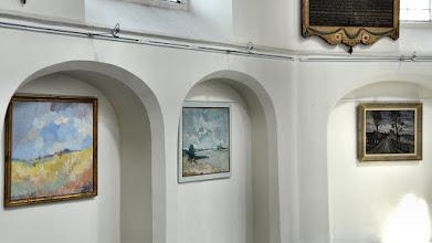 Photo: Een expositie van schilderijen uit het bezit van een Culemborgse kunstverzamelaar. Het is werk van acht Nederlandse schilders waaronder schilderijen van Betuwse landschappen. Grote of Barbarakerk te Culemborg Foto's: Henri Veldhuis
