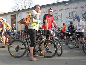 Photo: Tomáš Kuncíř (Cyklisté Liberecka) s megafonem, po jeho levé ruce Tomáš Hampl (koordinátor cyklotrasy Odra-Nisa)  Autor: Sylva Švihelová